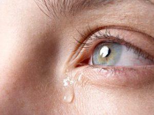 आँखों से पानी बहना |